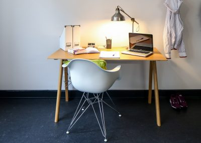 Schreibtisch in einer möblierten Studentenwohnung in Wandsbek, Hamburg
